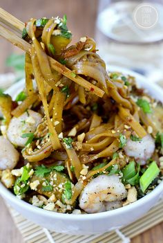 ​Asian Noodle Bowls Ingredients SERVES rice noodles cup low-sodium gluten-free Tamari OR soy sauce (dish will not be GF if using soy sauce) Tablespoons brown sugar - Gumbo, Asian Recipes, Healthy Recipes, Ethnic Recipes, Healthy Foods, Free Recipes, Bo Bun, Asian Noodles, Gluten Free Dinner