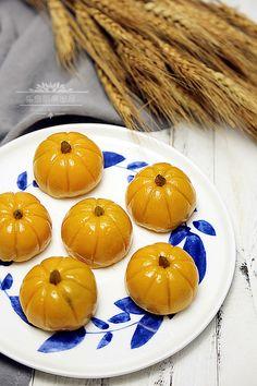 【南瓜餅】 red bean and raisin stuffed pumpkin mochi