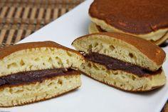 Il Dorayaki è una sorta di panino formato da due frittatine farcite con della crema Anko, una salsa dolce di fagioli rossi Azuki.