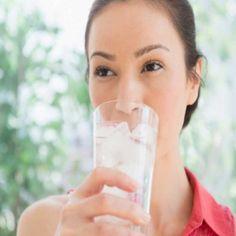 हार्ट अटैक दे सकता है फ्रिज का ठंडा पानी गर्मी में फ्रिज का ठंडा पानी अमृत जैसा लगता है। कुछ लोग जमकर फ्रिज का पानी पीते हैं लेकिन जब इसके नुकसान के बारे में जानेंगे तो फ्रिज के ठंडा पानी पीना भूल जाएंगे। धूप से आने के बाद तुरंत फ्रिज का ठंडा पानी पीने से सनस्ट्रोक का खतरा बढ़ जाता है, इसलिए धूप से आने के तुरंत बाद ठंडा पानी पीने से बचें। For More Details:- http://www.newincity.in/city-updates #NewInCity #JodhpurNews #JodhpurUpdates