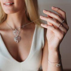 Die Trägerinnen dieser romatischen Halskette zeigen Stilbewusstsein und Geschmack. Das reizende Spiel der beiden silbernen und rosèvergoldeten Bäume in geschwungener Form verleihen dieser Halskette eine aufregende Effekt. An der zarten Ankerkette schimmert der elegante Anhänger in Herzform und zaubert durch den Besatz aus 6 Zirkonia jeder Dame eine glamourös romantische Note an ihren Hals. Diamond Jewelry, Handmade Jewelry, Life, Diamond, Neck Chain, Silver, Red, Jewlery, Game