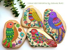 I finished all details for these 4 lovely birds Soon they will be ready to fly to their new homes. Such a happiness to know my #paintedstones give also so much joy to others . Thank you for all your likes, shares, comments, I truly appreciate them