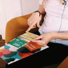 Es ist kein Geheimnis das wir große Fans digitaler Kommunikation sind  #teampodcast  Dennoch sind auch Printprodukte für Vereine & Co essentiell. Schöne Magazine und Aufmerksamkeit erregende Flyer zu gestalten ist leider nicht so einfach... #PhotoshopPhilipp lässt grüßen  Deshalb haben wir uns heute von Grafik-Profi Miri mehr zu Corporate Design Auflösung Schriftarten und Bildsprachen erzählen lassen. Mehr dann im Herbst auf erzaehldavon.de  #erzaehldavon #grafikdesign #corporatedesign…