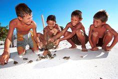 Meninos participam do projeto Pé-de-Pincha, que visa a preservação das tartarugas da Amazônia