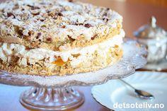 """Dette er i grunnen den samme kaken som """"Budapestrull (lys)"""", men kaken er laget som rund kake i stedet for som rullekake. Kaken blir høy og flott og smaker HIMMELSK!"""