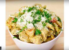 Kip, pesto, pasta... mmm dat klinkt als een heerlijke combinatie en dat is zo! Kijk maar hier naar dit recept. De moeite waard om op tafel te zetten, iedereen zal genieten van de samensmelting van smaken en geurtjes. Tasty ;-) Eet smakelijk vast! Voor 4 personen Ingrediënten 1 eetlepel koolzaadolie 2 kipfilets, gesneden in repen 2 eetlepels knoflook, fijngesneden ½ eetlepel zeezout ½ eetlepel versgemalen zwarte peper ¾ kop slagroom ½ geraspte Parmezaanse kaas ¼ kopje pesto 3 kopjes penne…