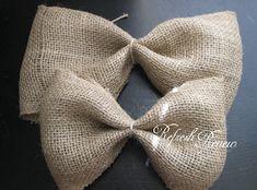 Refresh - Renew: Easy Burlap Bow-tutorial Burlap Crafts, Burlap Ribbon, Ribbon Bows, Decor Crafts, Ribbons, Diy Wreath, Burlap Wreath, Wreaths, Burlap Bow Tutorial