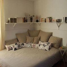 La cama en el medio del cuarto ocupa demasiado espacio, y colocarla en un rincón te ayudará a refrescar la imagen de todo el lugar: de día te provocará sentarte a leer e incluso ver Netflix sin que eso signifique tener que acostarte a dormir.