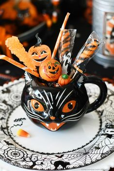 'When Black Cats Are Seen' Halloween Tablescape | ©homeiswheretheboatis.net #halloween #tablescapes Christmas Picks, Christmas Truck, Halloween Table, Halloween Party, Halloween Queen, Halloween Inspo, Halloween Halloween, Halloween Treats, Halloween Pumpkins
