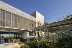Image 1 of 42 from gallery of Riviera House / Basiches Arquitetos Associados. Photograph by Ricardo Bassetti Garage Pergola, Metal Pergola, Ceiling Plan, Internal Courtyard, Concrete Structure, Outdoor Spaces, Outdoor Decor, Urban Setting, Garden Spaces