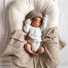 Newborn baby photo ideas / snuggly baby photos / baby boy outfit ideas / mama and baby moments So Cute Baby, Cute Kids, Box Future Maman, Foto Baby, Newborn Essentials, Cute Baby Pictures, Newborn Photos, Future Baby, Reborn Babies