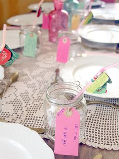 How to color a party with tags quotes on jars. http://dilycious.com/idee-festa-bicchieri-barattoli/