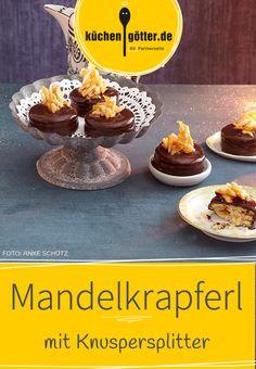 Unsere Mandelkrapferl-Plätzchen sind kleine Hochstapler: Gut getarnt unter Schokolade und köstlich gekrönt mit Mandelkaramell. Unser Rezept ist perfekt für Schokoliebhaber.
