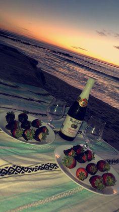 Date night idea. date night idea romantic Romantic Date Night Ideas, Romantic Surprise, Home Date Night Ideas, Dinner Ideas, Romantic Boyfriend, Cute Date Ideas, Gift Ideas, Dream Dates, Beach Date