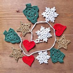 Instructions and patterns can be found here: http://thecrochetfactor.blogspot.com.es/2013/11/christmas...