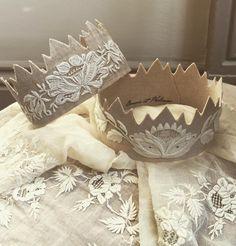 #couronne #crown #precieux #precieuse #broderiemain #dentelle #lace #antiquetextiles #blanc #white #shabby #shabbychic #creationbaucisetphilemon ✖️vendues✖️