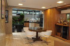 Varanda integrada e linda! Piso em mármore travertino, armário bar! Projeto by Marina Salomão Arquitetura e interiores.
