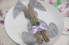 """Un modo originale per decorare la tavola di Pasqua è creare dei coniglietti """"abbraccia-posate"""", che si possono utilizzare anche come porta tovaglioli. Scopriamo come realizzarli con il cartamodello..."""