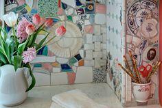 Мозаика из осколков старой посуды.