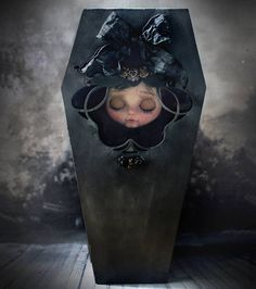 Lorraine, my new work ❤ #lorraine #dollstargram #doll #blythe #blythecustom #blythedoll #artwork #art #unique  #handmade #original #tale #night #vampire #nightmare #dreams #gold #hummingbird #rebecacanodolls #rebecacano #cookiedolls  | by Rebeca Cano ~ Cookie dolls