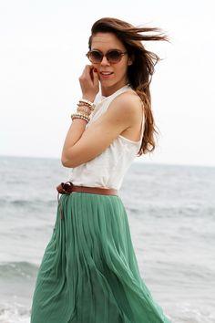 gonna lunga | canottiera bianca | gonna plissettata | gonna plisse | gonna pieghe | outfit | look | forte dei marmi | mare | spiaggia (2)