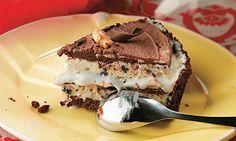 Torta de cookie com sorvete e calda de chocolate
