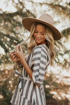 photographytips photography food food photographyYou can find Senior picture poses and more on our website Summer Senior Pictures, Cute Poses For Pictures, Senior Photos Girls, Senior Girl Poses, Senior Girls, Girl Photos, Senior Session, Fall Senior Pics, Senior Posing