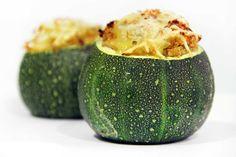 Unos graciosos y deliciosos calabacines rellenos de quinoa y gratinados.