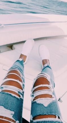 to wear Ripped Jeans ♡⋮ 𝓉𝒽𝑜𝓉𝒾𝒸 𝒶𝓃𝑔𝑒𝓁 𝘪𝘴 𝘵𝘺𝘱𝘪. ♡⋮ 𝓉𝒽𝑜𝓉𝒾𝒸 𝒶𝓃𝑔𝑒𝓁 𝘪𝘴 𝘵𝘺𝘱𝘪𝘯𝘨. Teenage Outfits, Teen Fashion Outfits, Outfits For Teens, Trendy Outfits, Fall Outfits, Summer Outfits, School Outfits, Sneaker Outfits, Sneaker Trend