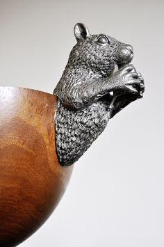 Diese freche Nussschale verzaubert ihren Betrachter durch das kecke Eichhörnchen, das hungrig seine Nuss umklammert. Oberkörper und Schwanz sind aus Zinn gefertigt. Der Bauch ist aus hochfeinem Mangoholz geschnitzt – mit viel Platz für Nüsse und andere Snacks. Das extravagante Liebhaberstück wurde von amerikanischen Designern entworfen.