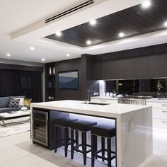 What's black, white and beautiful all over? This stunning @WisdomHomesAU monochromatic kitchen is sleek and minimal, making it the perfect place to entertain!