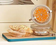Selbst aromatisiertes Salz ist ein schönes persönliches Geschenk aus der Küche - und gelingt auch denen, die keine Sterneköche sind. Zum Rezept: Orangen-Chili-Salz