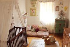Voici une sélection de chambres d'enfants colorées, chaleureuses et audacieuses..loin des clichés propret du « tout assorti », ces chambres racontent une histoire.Des ambiances du bout du monde cohabitent avec les jouets actuels.Du far-west, à l'Asie, de l'Afrique à l'Europe centrale, ces lieux plein de couleurs et d'imprimés offrent des univers uniques. Les boutis, les tentures et autres tapis kilim y trouvent naturellement leurs places.Les quelques idées à emprunter juste après… Sur le…