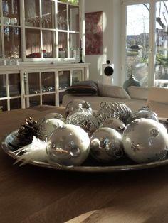 Sammlung auf dem Tablett , Tags Kreatives + Weihnachtsdeko + Weihnachtskugeln + Silber + Christbaumkugeln + Dekoideen + Weihnachtsdeko Christmas ornaments