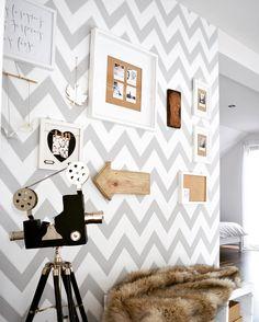Ściana w sypialni doczekała się naszych zdjęć ✌️ #sypialnia #naszdom #dekoracja #zdjecia #tapeta #chevron #walpaper #bedroom #interior #design #scandinavian #white #beige #grey #pictures #photo #wall #mybedroom #zygzak #wood