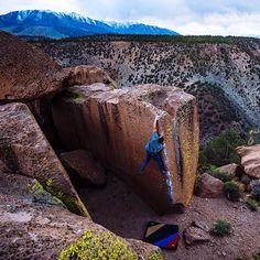 Hunting blocks above the Owens River Gorge with tribesman Matt Gentile. Photo by Ken Etzel. https://www.hippytree.com/tribe/matt-gentile/ #surfandstone #hippytreetribe #climbing #bouldering #rockclimbing
