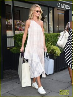 rosie huntington watches serena williams wimbledon match 03 Rosie Huntington-Whiteley rocks a white summer dress while exiting Clarke's restaurant on Thursday (July 3) in London, England.    The next day, the 28-year-old…