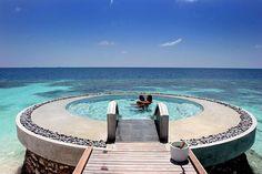 pileta circular a orilla de mar