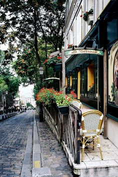 Sidewalk Cafe on one of the many narrow streets in Paris, France Oh The Places You'll Go, Places To Travel, Travel Destinations, Beautiful World, Beautiful Places, Beautiful Beach, Beautiful Flowers, Oh Paris, Montmartre Paris