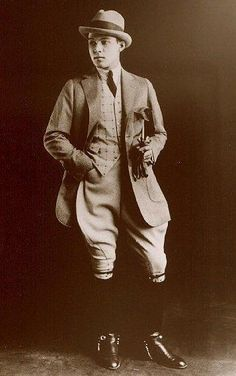 Appears to be a picture of Rudolf Valentino wearing hunting togs, coat with jodhpurs. Look Vintage, Vintage Men, Vintage Photos, Vintage Gentleman, Vintage Prom, Vintage Outfits, Vintage Fashion, Fashion 1920s, Fashion Fashion
