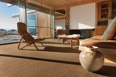 Richard Neutra, Oyler House, 1959. The living room is furnished with an Eero Saarinen Grasshopper chair and Noguchi coffee table.