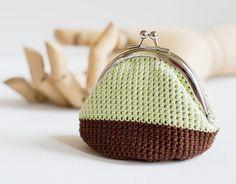 He encontrado este interesante anuncio de Etsy en https://www.etsy.com/es/listing/105112462/crochet-coin-purse-with-kiss-clasp-frame