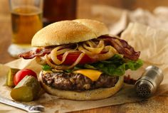 Enjoy this beer-onion burger featured with bacon, ground beef and lettuce – a cheesy dinner! Burger Recipes, Beef Recipes, Grilling Recipes, Onion Burger, Cheese Burger, Burgers And More, Good Burger, Beer Burger, Wrap Sandwiches