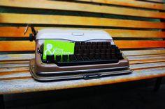 Die Schreibmaschine ging vor einigen Jahrzehnten in Ulm über den Ladentisch und ist nun bei uns angekommen.
