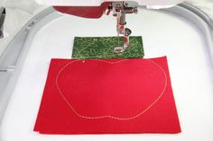 Anleitung für eine Buchhülle mit BERNINA DesignWorks Tree Skirts, Workshop, Christmas Tree, Tutorials, Holiday Decor, Simple Machines, Appliques, Teal Christmas Tree, Atelier