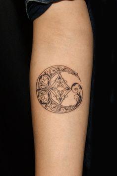 Moon Tattoo for Girl 月のガールズタトゥー | ギャラリー | Tifana Tattoo - 東京|TOKYOのタトゥースタジオ