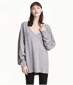 Gray melange. PREMIUM QUALITY. Oversized, fine-knit sweater in wool fabric with cashmere content. V-neck, low dropped shoulders, long wide sleeves, and