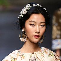 11 Stunning Ways To Wear Flowers In Your Hair This Summer