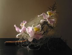 Ikebana di Lucio Farinelli by luxfar, via Flickr Coffee Table Centerpieces, Floral Arrangements, Flower Arrangement, Ikebana, Flower Designs, Bonsai, Orchids, Oriental, Arts And Crafts