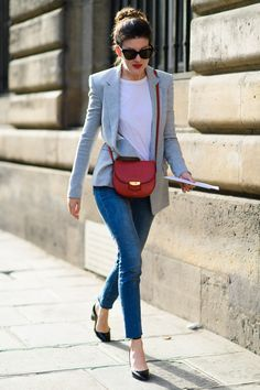 paris fashion week street style ss leah chernikoff, jean and tee, blazer, fall work outfit, fall weekend Grey Blazer Outfit, Look Blazer, Blazer Fashion, Red Purse Outfit, Blazer Jeans, Black Flats Outfit, White Tshirt Outfit, Blazer Outfits Casual, Fashion Outfits